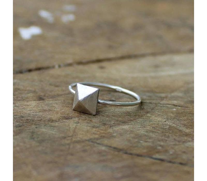 Âme Jewels - Pyramid Stud Ring