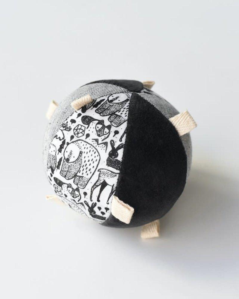 Wee Gallery Sensory ball met rammelaar | Nordic