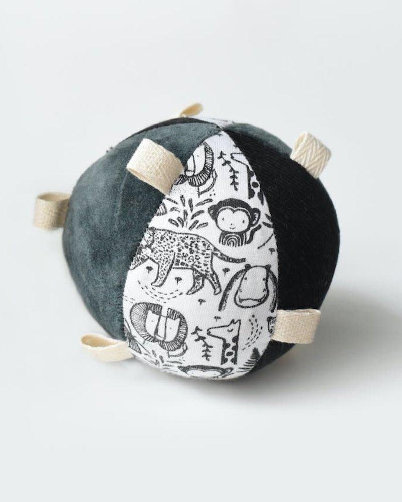 Wee Gallery Sensory ball met rammelaar   Wild