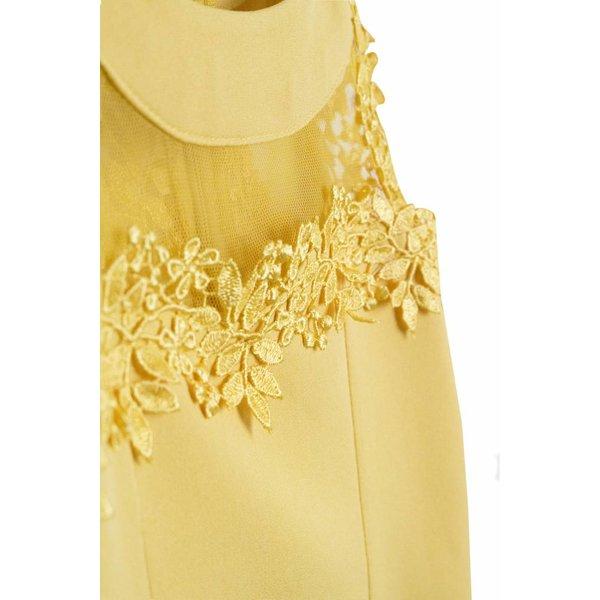 geel jurk met kant