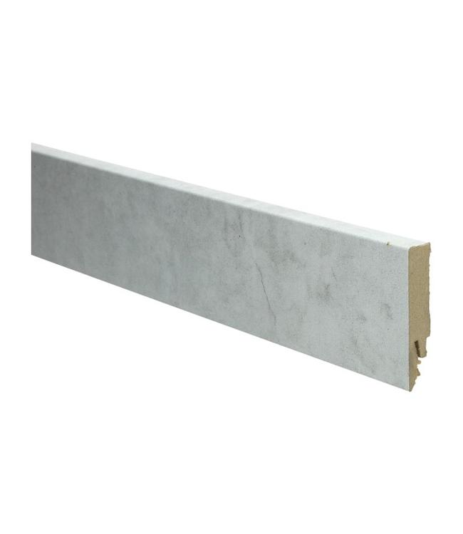 beton wit rechte hoge plint voor laminaat, pvc en parket