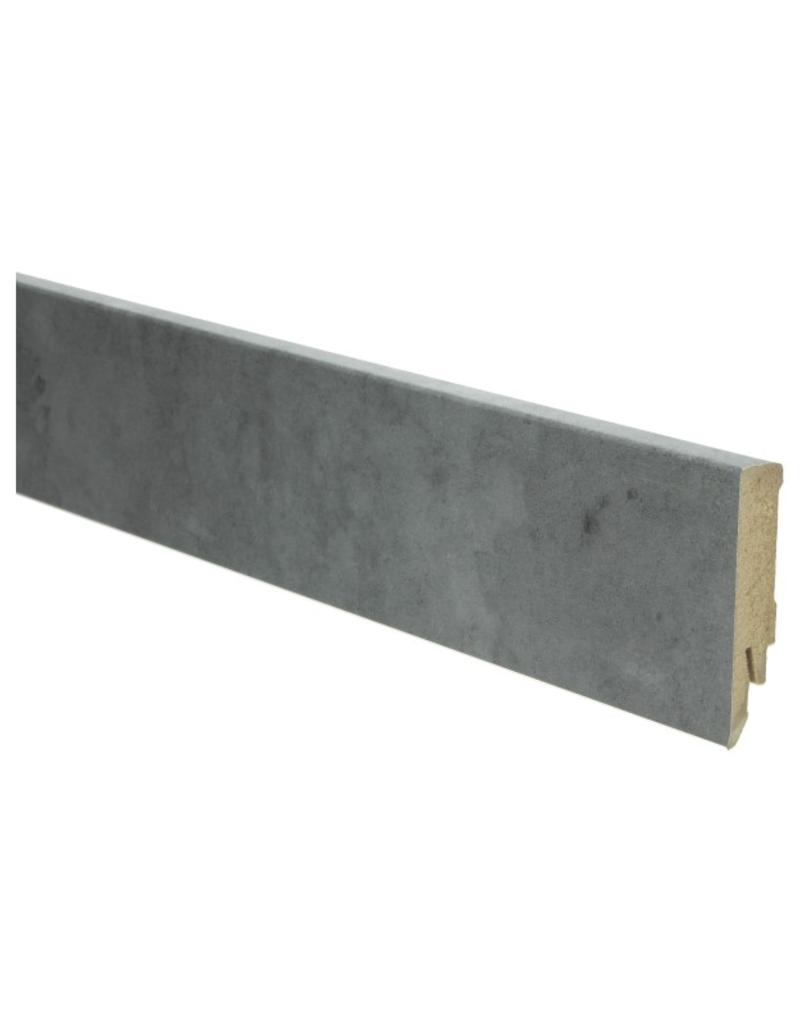Beton grijze rechte hoge plint voor laminaat, pvc en parket