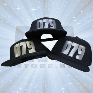 BLACK SNAPBACK CAP - 079 geborduurd in ZILVER, GOUD, OF BRONS