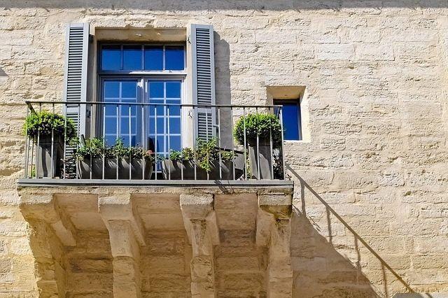 Lecker auf dem Balkon vor dem Wind