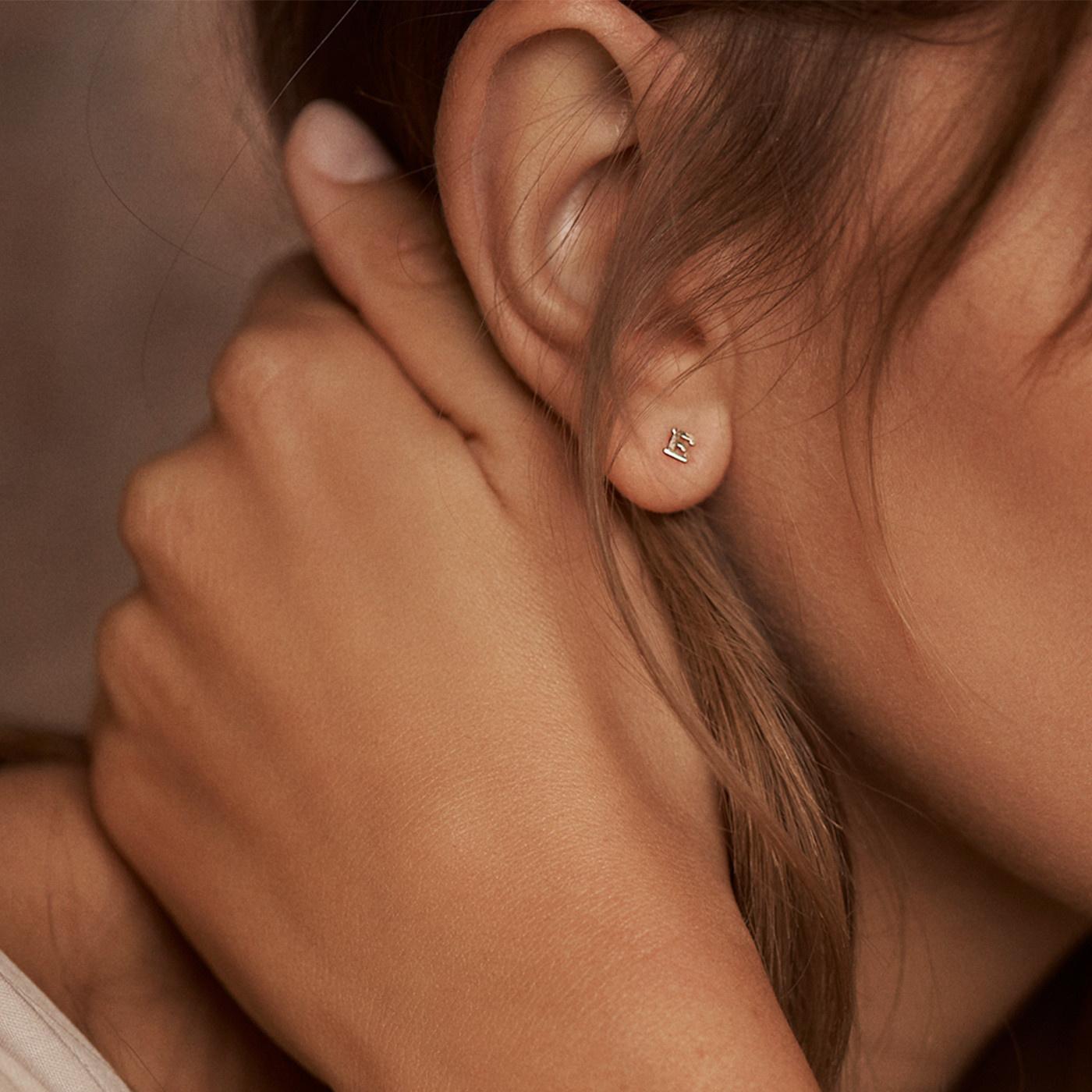 Isabel Bernard Clou d'oreille simple initiale Le Marais Guillaine en or 14 carats avec lettre
