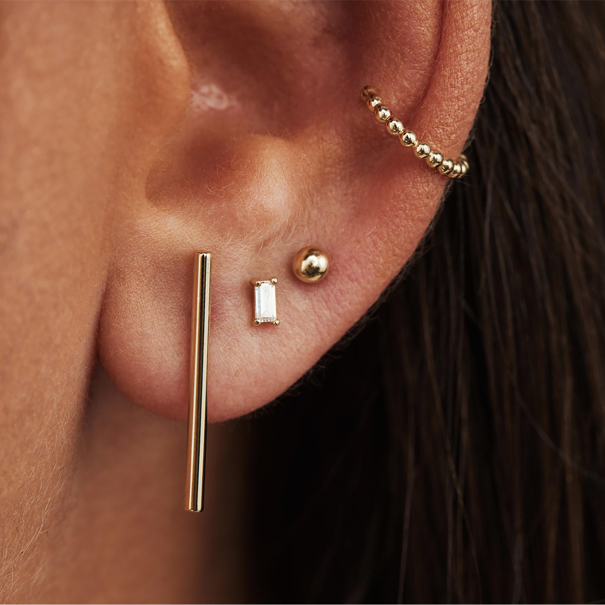 Isabel Bernard Le Marais Chéri 14 karaat gouden enkele ear cuff met bolletjes