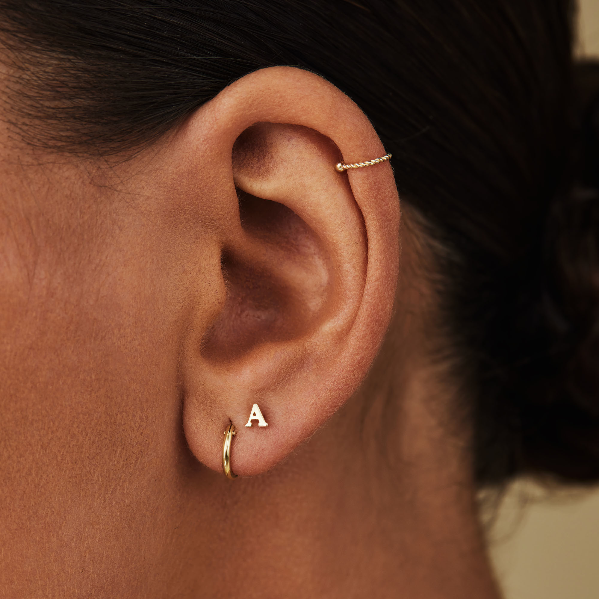 Isabel Bernard Le Marais Guillaine clous d'oreilles initiale en or 14 carats