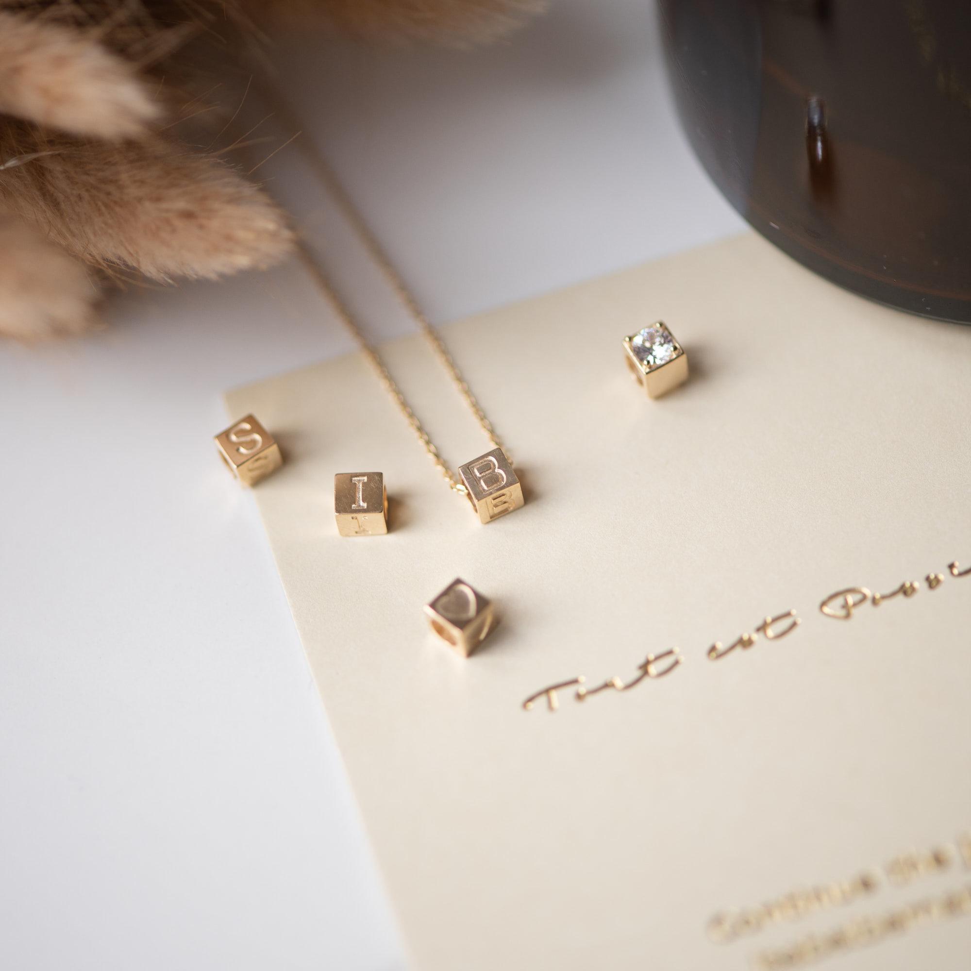 Isabel Bernard Le Carré Felie 14 karaat gouden kubus initial bedel met letter