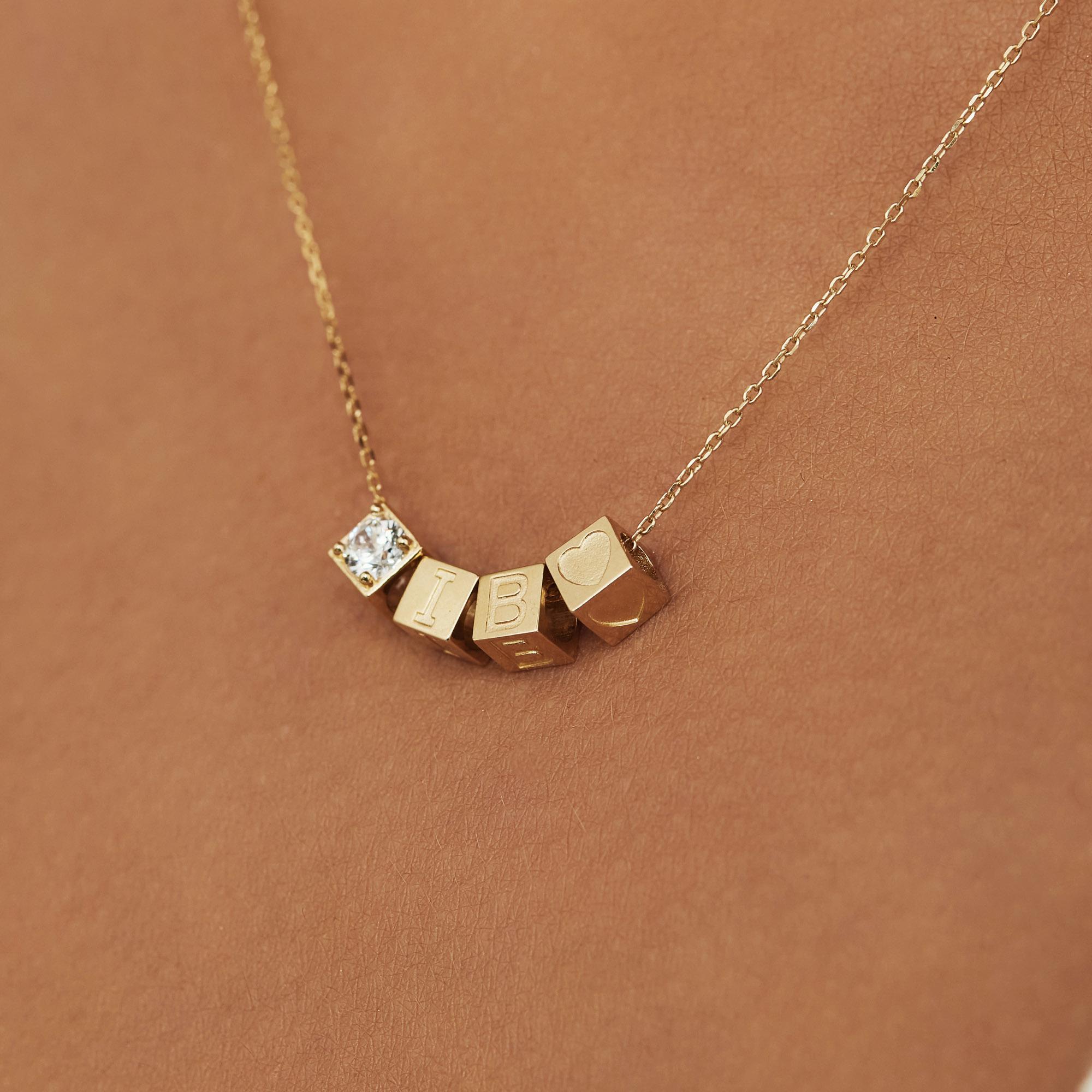 Isabel Bernard Le Carré Felie 14 karaat gouden kubus bedel met zirkonia