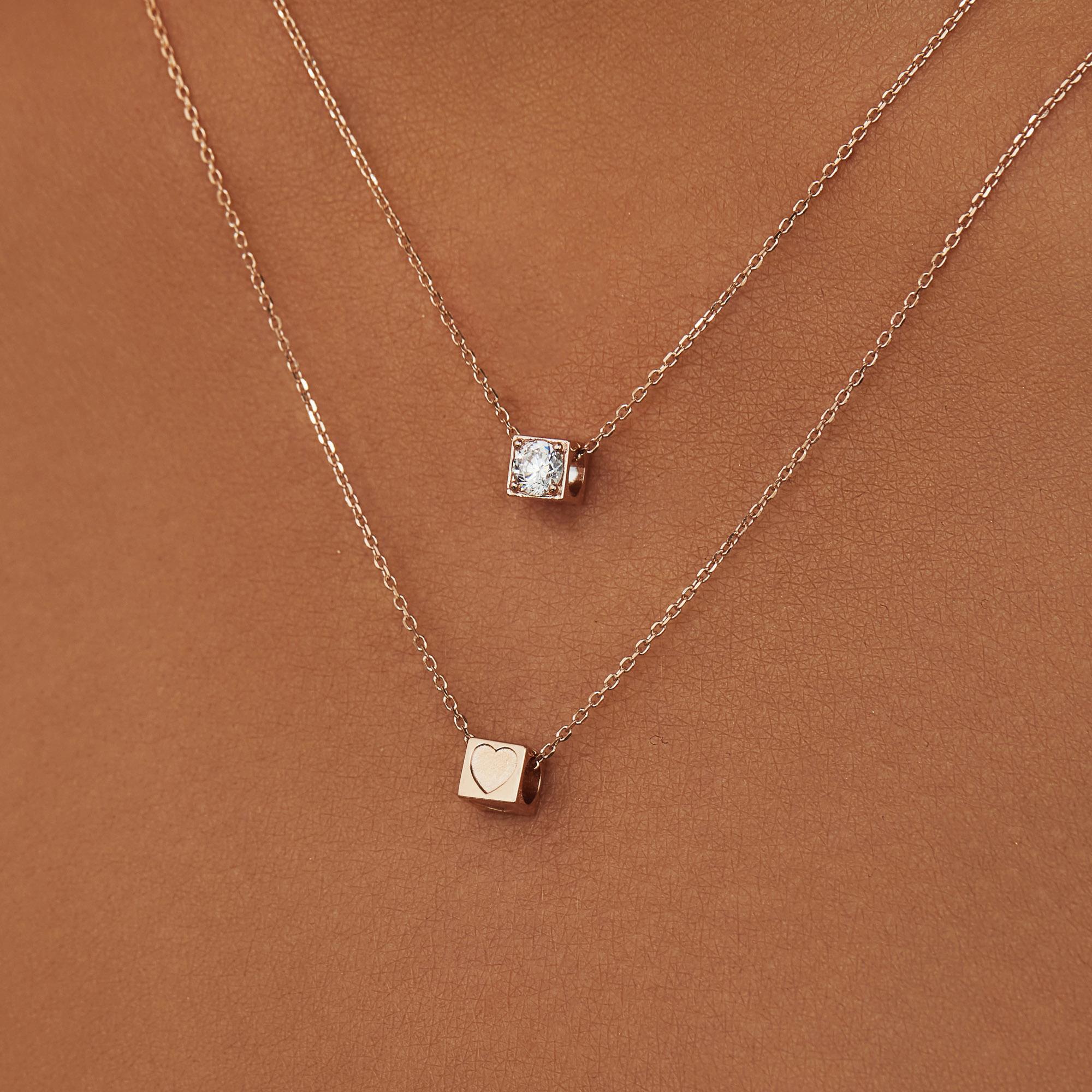 Isabel Bernard La Concorde Felie 14 karaat rosé gouden kubus bedel met hartje