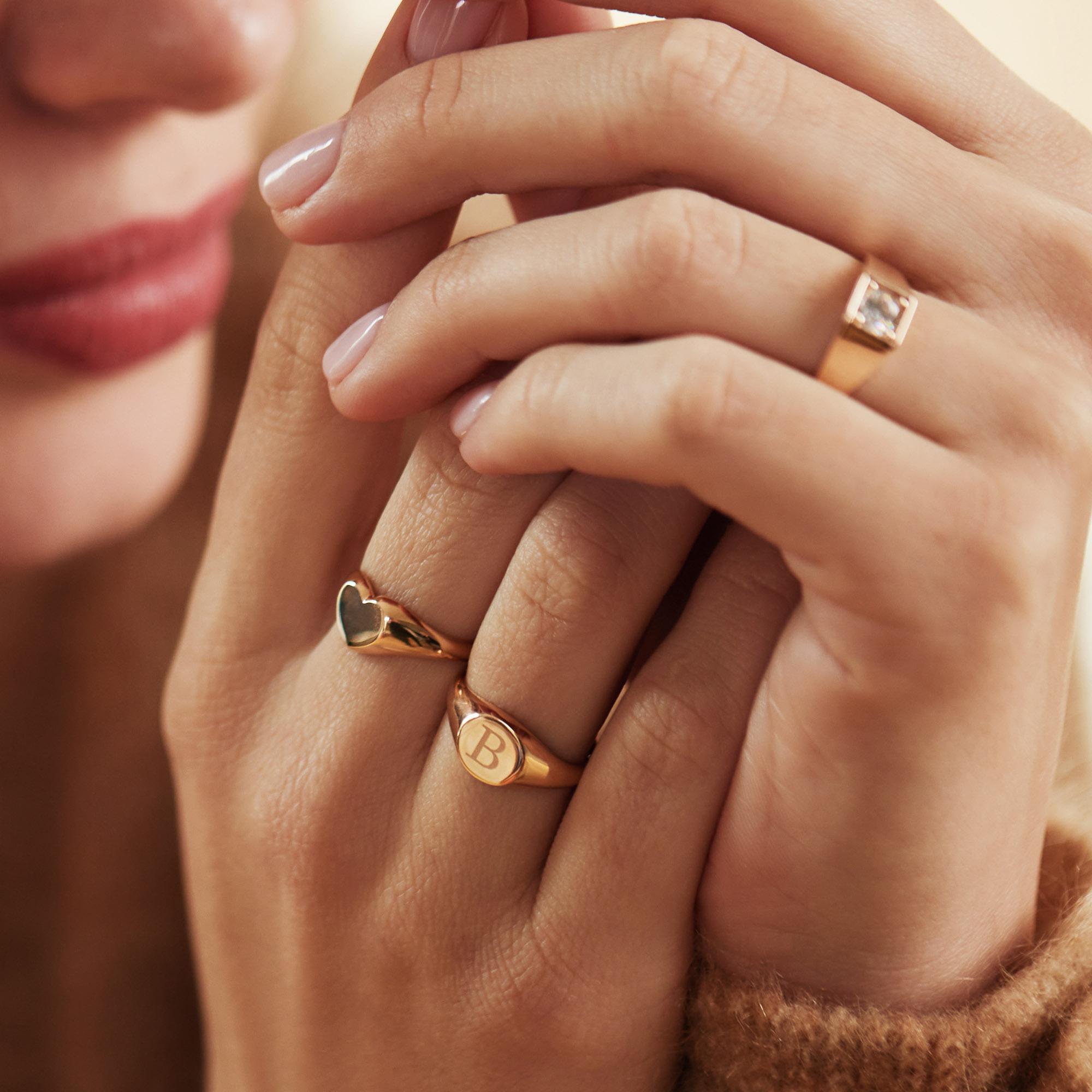 Isabel Bernard La Concorde Lauren 14 karaat rosé gouden initial zegelring met letter (58)