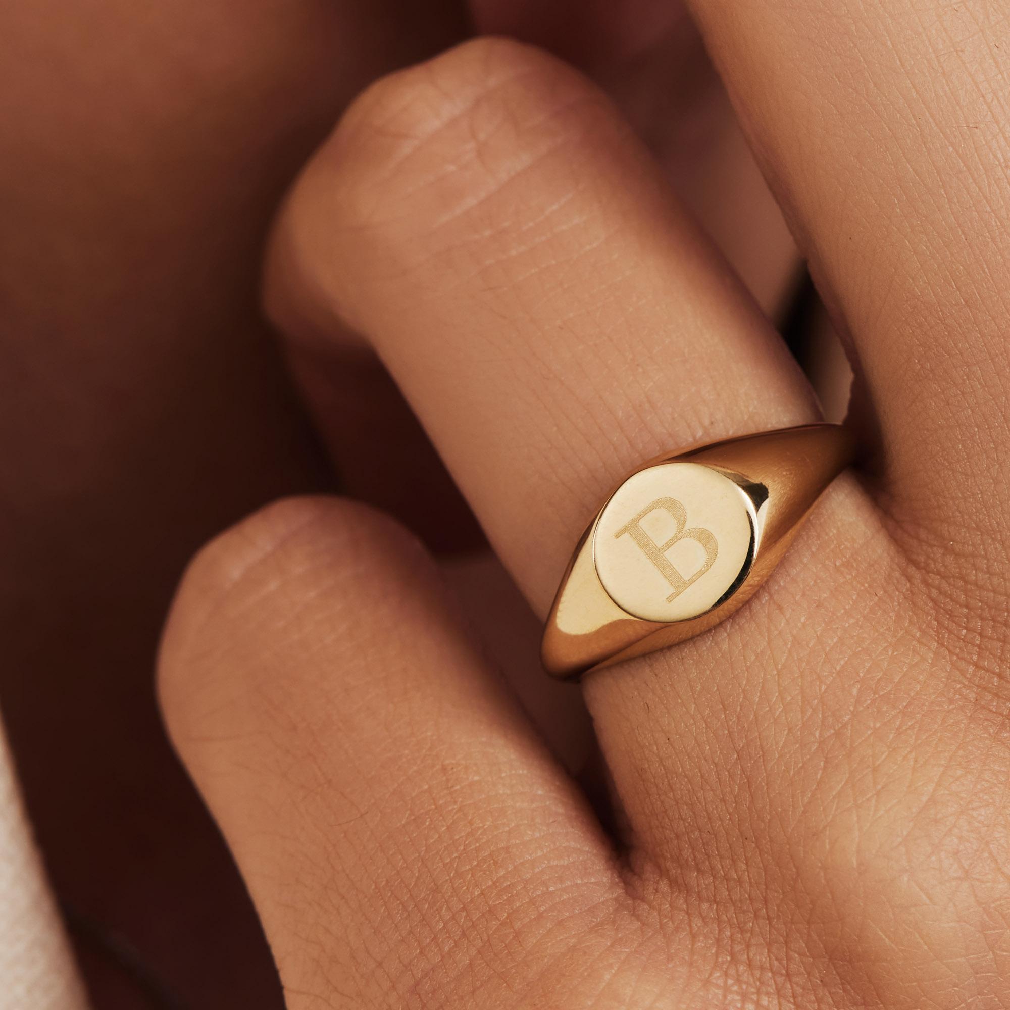Isabel Bernard Le Marais Lauren 14 karaat gouden initial zegelring met letter (58)