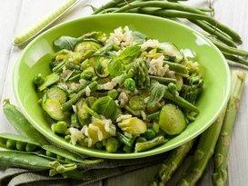 Warme salade van groene groenten en rijst