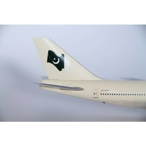 JC Wings 1:200 PIA B747-300