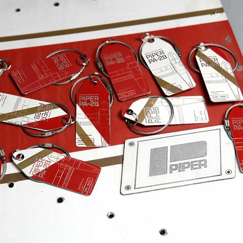Aviationtag Aviationtag - Piper PA28 - D-EBRI (red - gold)