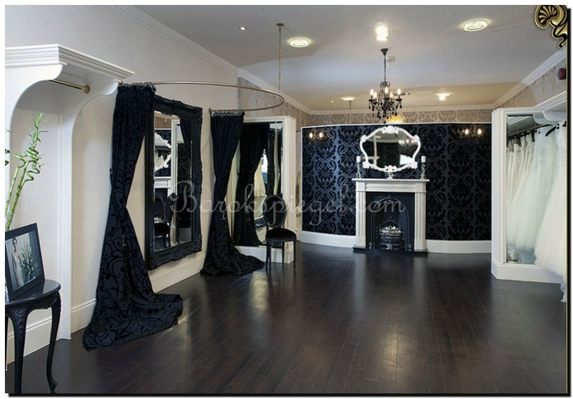 Mooie spiegel in winkel bruidsmodezaak