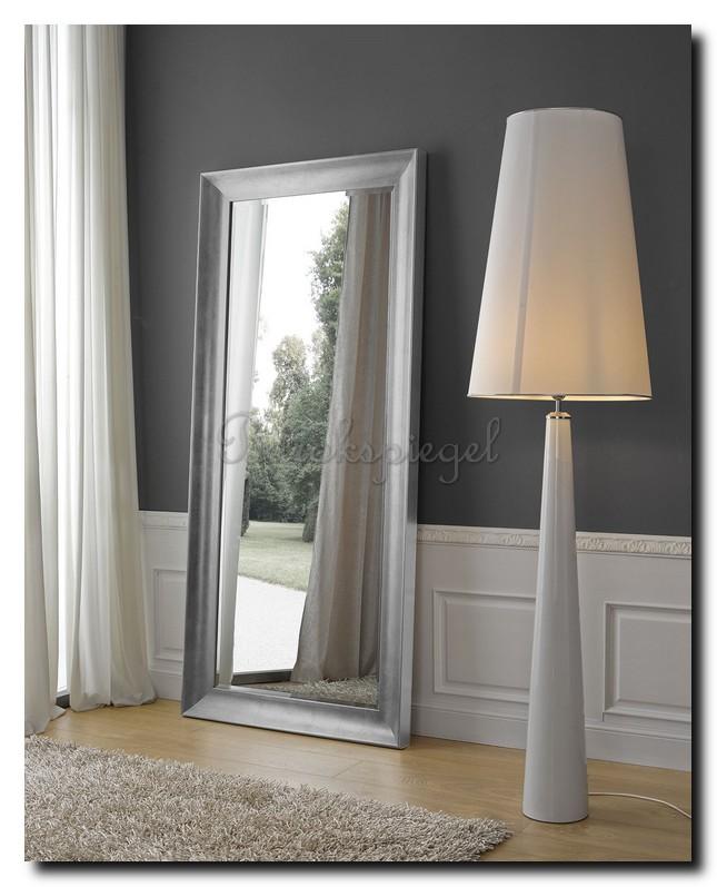 grote spiegel in minimalistische inrichting