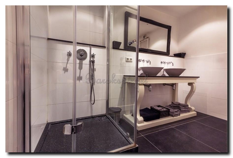 Zwarte barok spiegel in badkamer