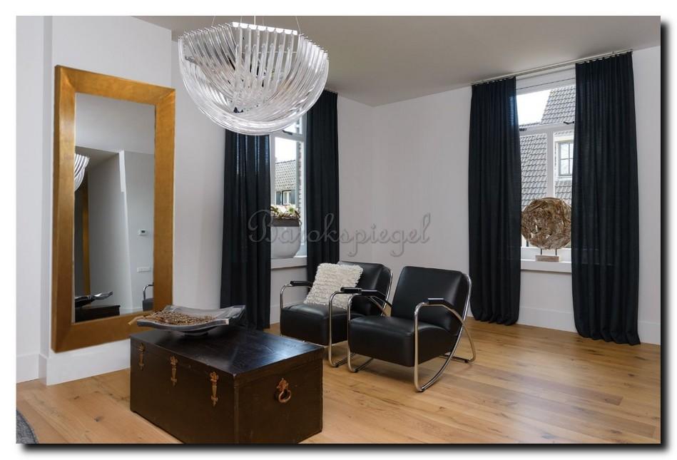 Strakke moderne gouden spiegel in woonkamer