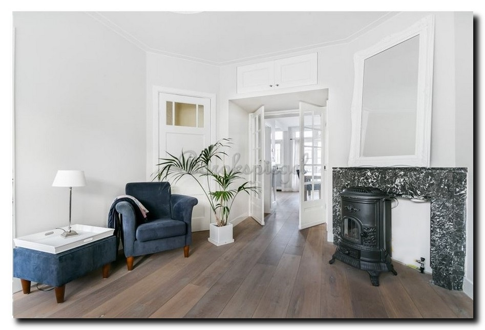 minimalistisch interieur met witte spiegel