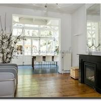 Grote spiegels in een minimalistisch interieur