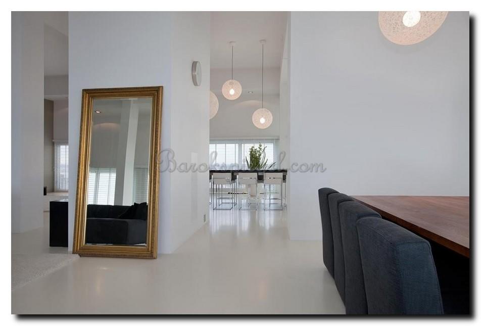 Grote vloerspiegel in minimalistisch interieur