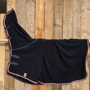 SOLDEN !! Fleece deken met hals blauw/blauw-wit/rood 155cm