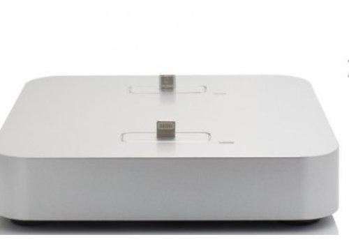 Kiwi Box charge Docking-Station auf einer Tisch fuer 2 Apple Geraete