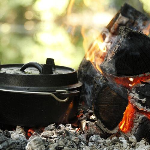Gietijzeren tools, pannen, Dutch ovens en accessoires. Gaat een leven lang mee en is ideaal voor de campfire cook of gewoon op de bbq.