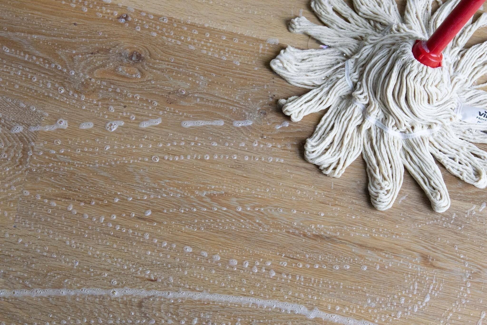 Natuurlijke zepen voor het onderhouden van houten vloeren