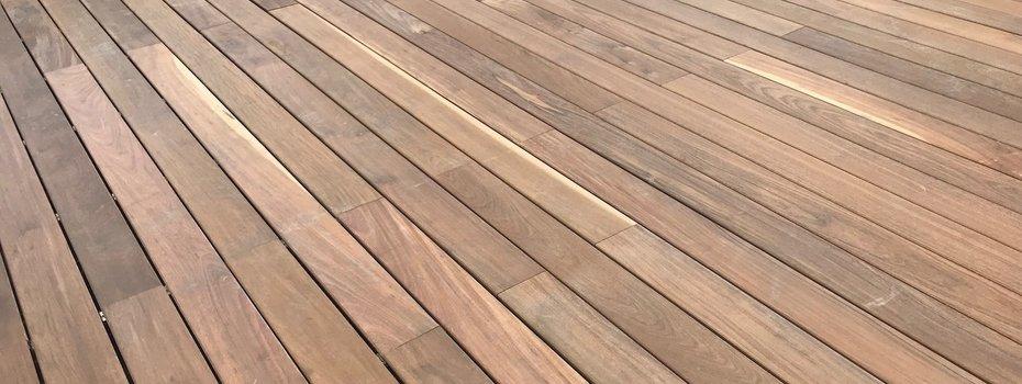 Hoe maak je een terras schoon? Terras reinigen en ontgroenen!