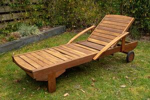 Teak meubels behandelen met olie! Zo behandeld u uw Teak meubelen op natuurlijke wijze.