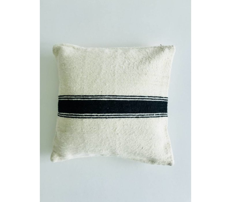 Kussen handmade ecru met streep zwart