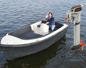 Boot met elektrische buitenboordmotor