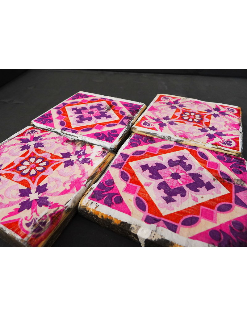 Dutch mood | Zaltii Houten onderzetter tegel roze 9x9 centimeter, gebundeld met een touwtje.