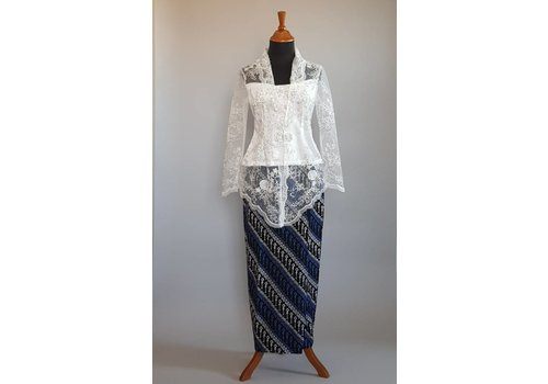 Kebaya elegant wit met bijpassende sarong