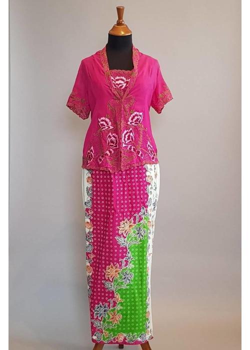 Kebaya nyonya fuchsia korte mouw met bijpassende sarong