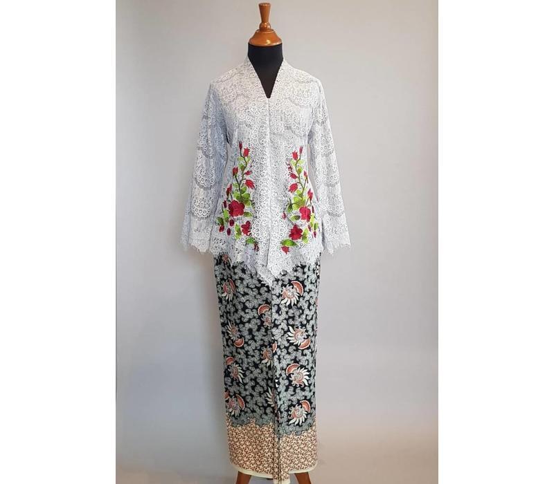 Kebaya licht grijs geborduurd met bijpassende sarong