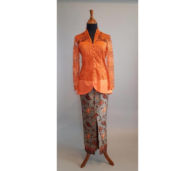 Kebaya klassiek oranje met bijpassende sarong