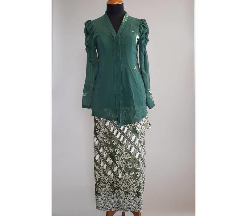 Kebaya modern donker groen met bijpassende wikkel sarong