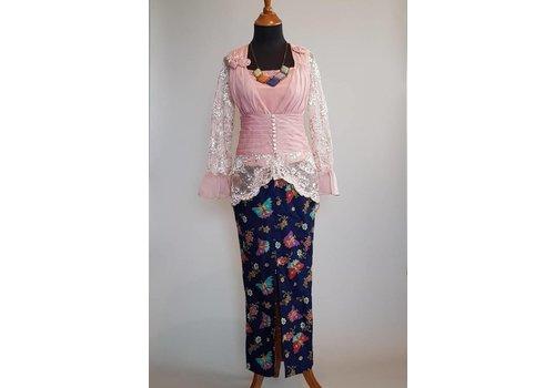 Kebaya trendy oud roze met bijpassende sarong