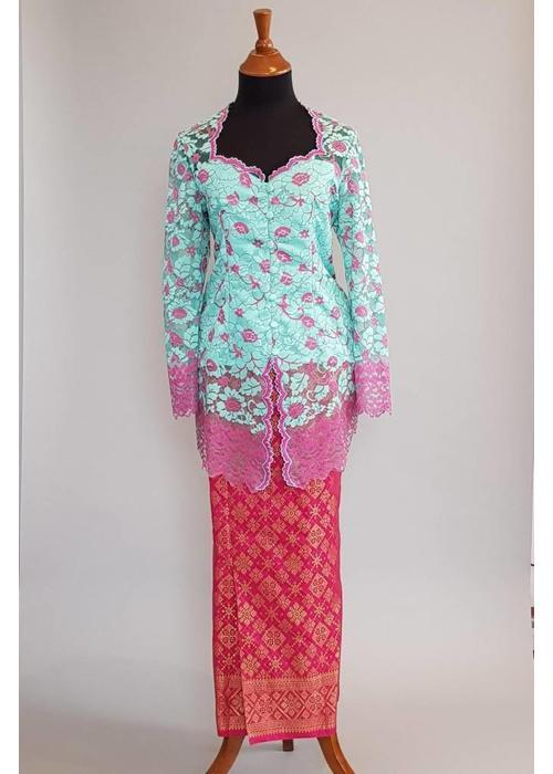Kebaya turquois met bijpassende sarong fuchsia