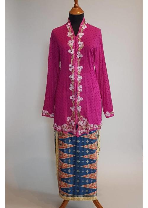 Kebaya nyonya magenta met bijpassende sarong