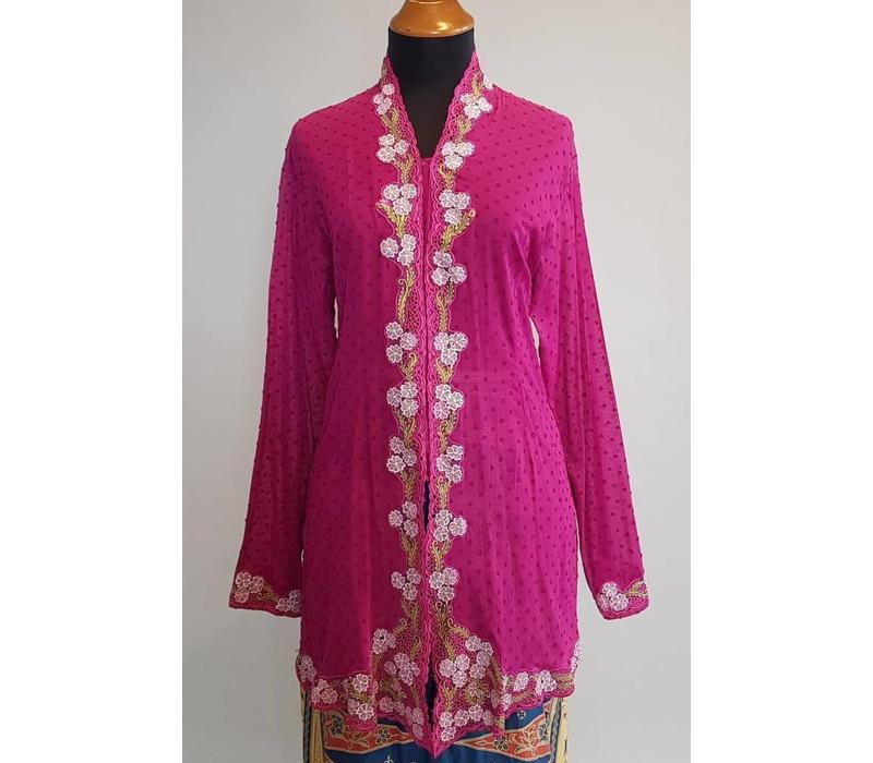 Kebaya nyonya magenta met bijpassevde sarong