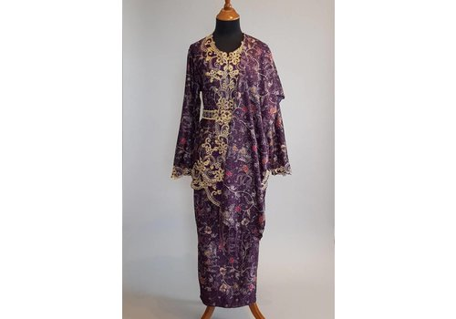 Kebaya elegant paars met bijpassende sarong & selendang