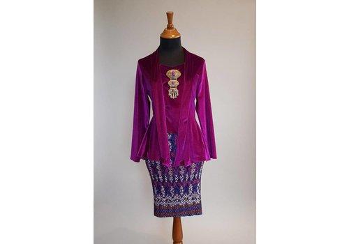 Kebaya kutubaru fluweel met bijpassende korte rok plissé
