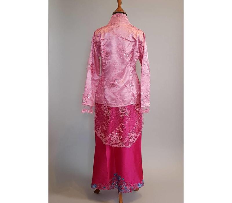 Kebaya roze met bijpassende rok satijn