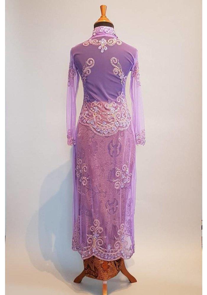 Bruids kebaya lila met bijpassende sarong