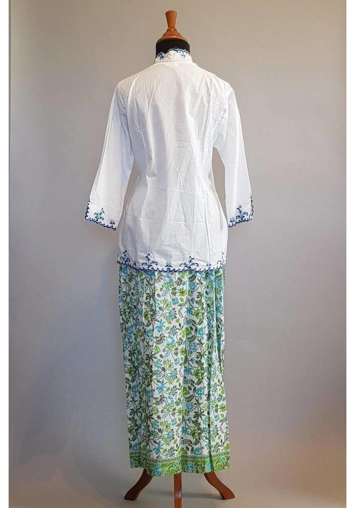 Kebaya klassiek wit geborduurd met bijpassende sarong