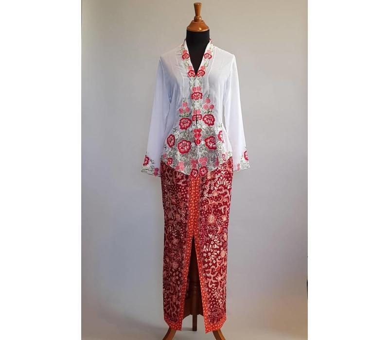 Kebaya nyonya wit met bijpassende sarong